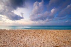 Karibischer Strand am Sonnenaufgang Lizenzfreie Stockfotos