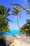 Karibischer tropischer Strand mit Boot setzte auf den Strand lizenzfreie stockfotos