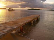 Karibisches Dock am Sonnenuntergang Stockfotos