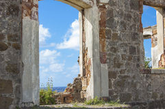 Karibisches Meer durch alte Tür Stockfotografie