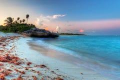Karibisches Meer am magischen Sonnenuntergang Lizenzfreie Stockfotos
