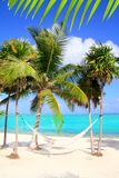 Karibisches Meer mit Schwingenhängematten-Türkisstrand Lizenzfreies Stockfoto
