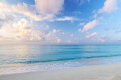 Karibisches Meer am Sonnenaufgang Stockfotos