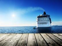 Karibisches Meer und Kreuzschiff Lizenzfreies Stockfoto