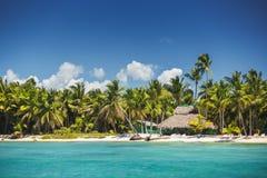 Karibisches Meer und Tropeninsel in der Dominikanischen Republik, Panoramablick Stockfotos