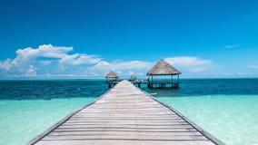 Karibisches Paradies gefunden in Kuba: gehendes Dock und Häuser mitten in dem Meer Lizenzfreies Stockfoto