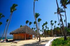 Karibisches summerhouse auf Strand mit Palmen Stockfoto