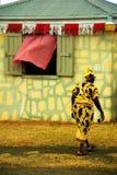 Karibisk kvinna på jordbruksmarknaden royaltyfria foton