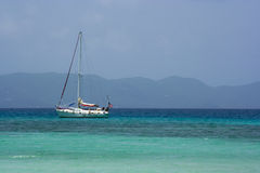 karibisk segelbåt arkivfoto