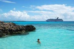 karibisk simning Fotografering för Bildbyråer