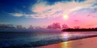 Karibisk solnedgång på den tropiska stranden Himmelsolnedgång royaltyfri foto