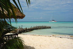 Strand och yacht Arkivbild