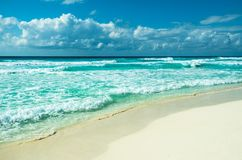 Karibisk strandpanorama, Tulum, Mexico Royaltyfri Bild