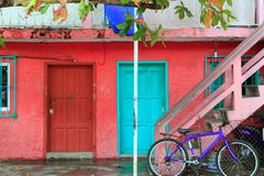 karibiska färgrika tropiska husislamujeres arkivfoton