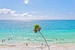 Karibiskt hav bredvid gud av vindtemplet i Tulum, Mexico Arkivbild