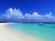 Karibiskt hav, Los Roques Semester i det blåa havet och de öde öarna royaltyfri fotografi