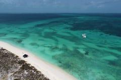 Karibiskt hav, Los Roques Semester i det blåa havet och de öde öarna fred arkivbilder