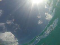 Karibiskt hav med fisken och sunburst på vinkeln royaltyfri bild