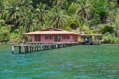 Karibiskt hus med skeppsdockan över vattnet Panama Arkivbild