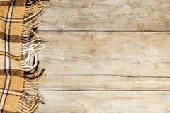Karierte Decke auf einer Holzoberfläche Stockfotografie