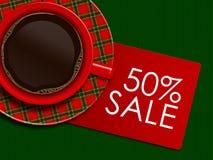 Karierter Weihnachtskaffee mit der Rabattkarte, die auf tableclot liegt Lizenzfreie Stockbilder