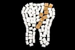 Karies auf einem Zahn des Zuckers lizenzfreie stockbilder