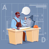 Karikatur-Afroamerikaner-Erbauer Sitting At Desk, das an Plan-Bauplan-Architekten Engineer arbeitet Stockbild