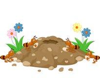 Karikatur-Ameisenhaufen im Waldland Stockfotografie