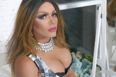 Karikatur-Diva Das Konzept eines Transvestiten Mann-Schauspieler macht zu eine Frau er wirft für die Kamera auf stockfotos