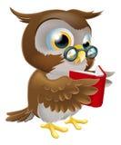Karikatur-Eule, die ein Buch liest Lizenzfreie Stockfotos