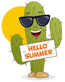 Karikatur-Kaktus, der mit Sonnenbrille lächelt Lizenzfreies Stockbild