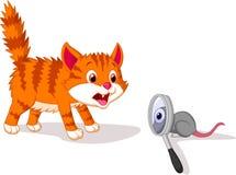 Karikatur-Katze ängstlich von der Maus mit Lupe Lizenzfreies Stockfoto