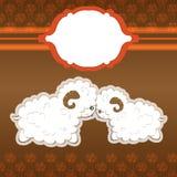 Karikatur mit zwei nette Schafen im Liebesvektor und Rahmen für Hochzeitskarte und -mehr Lizenzfreies Stockfoto