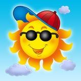 Karikatur Sun in der Schutzkappe auf blauem Himmel Lizenzfreies Stockfoto