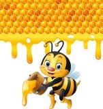 Karikaturbiene, die Eimer mit Bienenwaben- und Honigbratenfett hält Lizenzfreies Stockbild