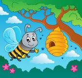 Karikaturbiene mit Bienenstock Stockfotos