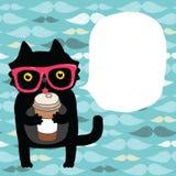 Karikaturgekritzelkatze in den Hippie-Gläsern mit Kaffee Lizenzfreie Stockfotos