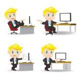 Karikaturgeschäftsmann im Büro lizenzfreie abbildung