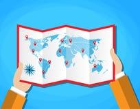 Karikaturhände halten gefaltete Papierkarte der Welt mit Farbpunktmarkierungen Weltkarteländer Vektorillustration in der Ebene stock abbildung