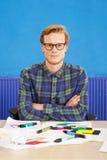 Karikaturist hinter Schreibtisch Stockbilder