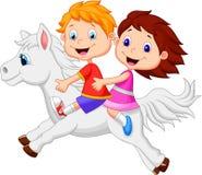 Karikaturjunge und -mädchen, die ein Ponypferd reiten Stockfotos