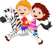 Karikaturjunge und -mädchen, die ein Zebra reiten Stockfotografie