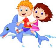 Karikaturjunge und -mädchen, die einen Delphin reiten Lizenzfreie Stockfotografie