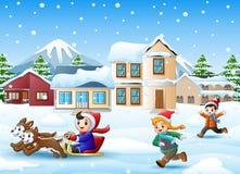 Karikaturjungen-Reitschlitten auf dem schneienden Dorf mit laufenden Kindern stock abbildung