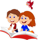 Karikaturjungen- und -mädchenfliegen auf einem Buch Lizenzfreies Stockbild