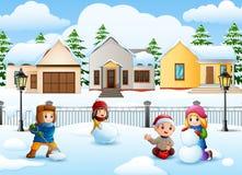 Karikaturkinder, die im schneienden Dorf spielen lizenzfreie abbildung