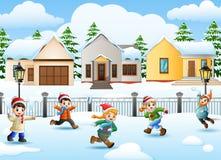Karikaturkinder, die im schneienden Dorf spielen stock abbildung