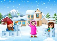 Karikaturkinder, die im schneienden Dorf spielen vektor abbildung