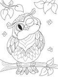 Karikaturmalbuch Lustige Eule auf dem Baum Schwarze Linien, weißer Hintergrund Lizenzfreies Stockbild