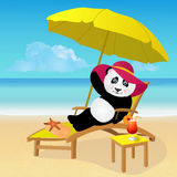 Karikaturpandabär, der auf tropischem Strand ein Sonnenbad nimmt Lizenzfreie Stockfotos